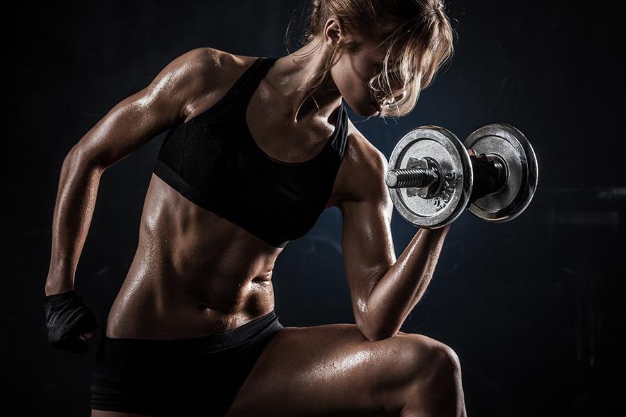 Femme qui fait de la musculation
