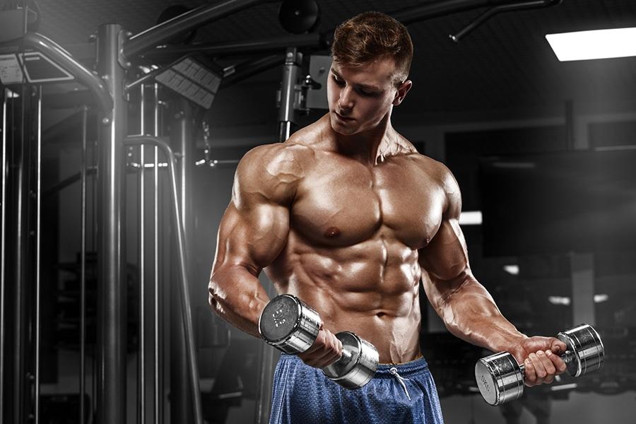 Homme à la salle de musculation
