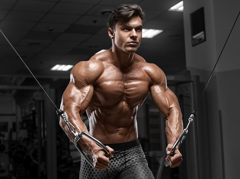 Homme qui fait de la musculation